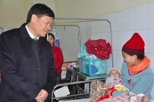 Thăm hỏi các bệnh nhi có phản ứng sau tiêm chủng đang được theo dõi sức khỏe tại bệnh viện Vân Đình.