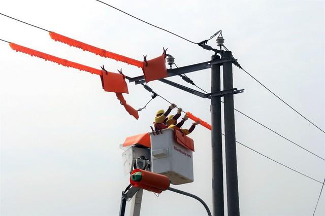 Công ty Điện lực Phú Thọ lần đầu tiên triển khai công nghệ sửa chữa lưới điện 22kV đang mang điện tại tỉnh.