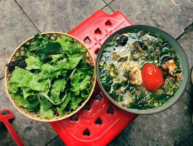 Bún riêu ốc: Thêm một gợi ý nữa cho bữa sáng mùa đông của bạn là món bún riêu ốc thơm ngon. Tùy vào khẩu phần ăn mà bạn có thể lựa chọn thành phần cho bát bún. Bún riêu ốc đầy đủ gồm có đậu phụ rán, thịt bò, giò chả, ốc, rau thơm. Nếu có nhiều thời gian, bạn có thể chuẩn bị nguyên liệu từ tối hôm trước và dậy sớm nấu bữa sáng với bún riêu ốc cho cả nhà. Ảnh: Hanglinh.