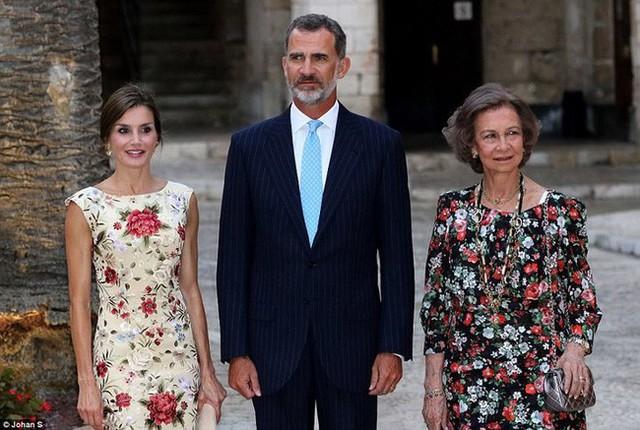 Quốc vương Tây Ban Nha được coi là người luôn giảng hòa giữa vợ và mẹ đẻ.