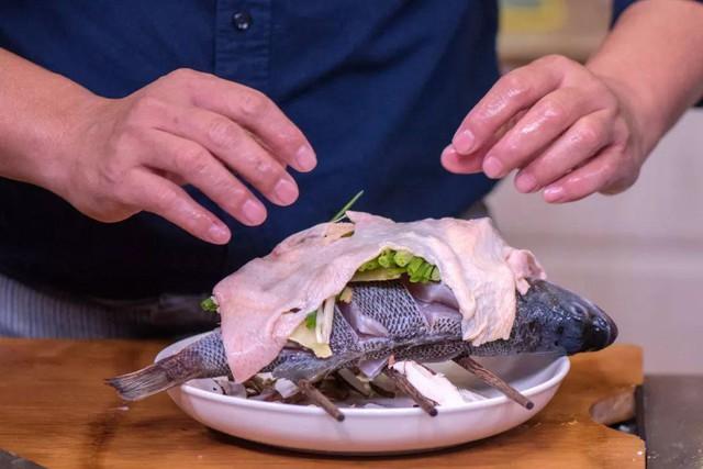 - Đổ phần sốt hấp vào đĩa bên dưới. Sau đó đặt cá vào nồi hấp trong 6-8 phút, hạ nhỏ lửa, hấp thêm 2 phút thì tắt bếp. Thời gian có thể tăng thêm nếu bạn làm con cá to hơn.