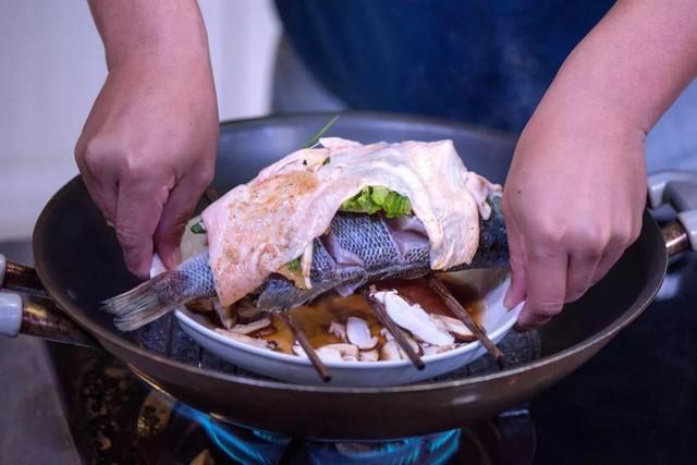 - Lấy phần da gà cho vào chảo chiên cho sém cạnh rồi thái nhỏ. Cho cá ra đĩa, rưới phần nước sốt có nấm lên đều trên cá. Rắc phần da gà đã thái nhỏ lên cá cùng hành lá thái nhỏ.