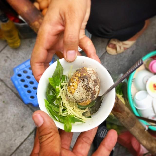 Trứng vịt lộn: Mùa đông lạnh thường dậy muộn nhưng bạn cũng không nên bỏ qua bữa sáng quan trọng. Nếu không có nhiều thời gian, 1-2 quả trứng vịt lộn là đầy đủ cho một bữa sáng vội vàng. Bạn có thể mua sẵn trứng ngoài chợ và luộc nhanh vào sáng sớm. Món ăn này vừa dễ mua, vừa dễ làm, không phải chế biến cầu kỳ, bạn chỉ cần ăn kèm với rau răm và gừng cùng gia vị bột canh là có bát trứng vịt lộn ngon lành. Ảnh: Vietnamesegod.
