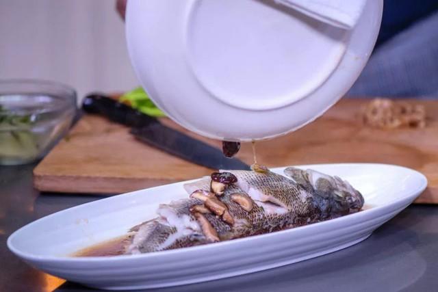 Khi ăn, gỡ từng miếng cá chấm với nước sốt rồi ăn kèm da gà, đảm bảo ngon hết sảy.