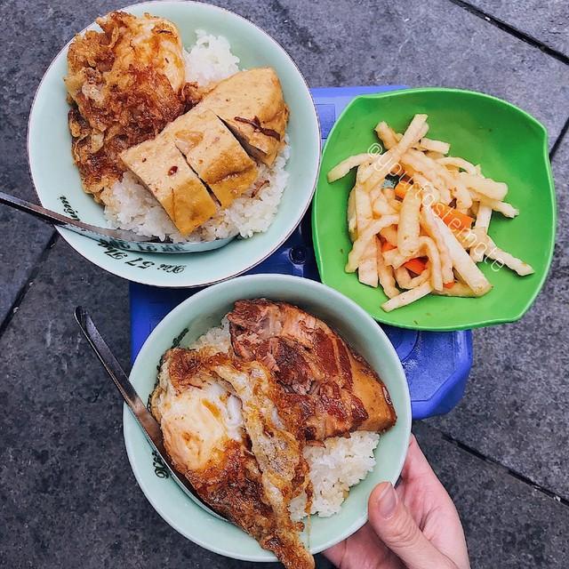 Xôi: Nhắc đến các món ăn buổi sáng không thể không nhắc tới món xôi. Món xôi hấp dẫn nằm ở phần topping đa dạng. Gạo nếp được nấu mềm dẻo, cùng các loại đồ ăn kèm như thịt kho, trứng kho, gà nấm, lạp xưởng... sẽ cho bạn bữa sáng no bụng, ngon miệng. Mỗi ngày đổi một vị topping cho món xôi là lựa chọn thú vị cho thực đơn bữa sáng vào mùa đông của bạn. Ảnh: Yourtastemate.