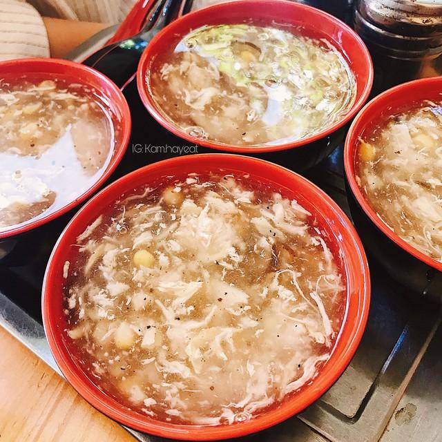 Súp gà: Nếu bạn đang tìm một món ăn nhẹ nhàng nhưng vẫn ấm bụng, đủ chất cho ngày đông, súp gà là gợi ý tuyệt vời. Súp gà rất dễ ăn, rất phù hợp cho những ai đang ăn kiêng hay giảm cân. Súp gà nấm, súp gà ngô... là những lựa chọn cho bạn đổi vị mỗi ngày. Ảnh: Kam.hayeat.