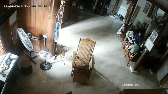 Nhóm cán bộ QLTT số 8 đến nhà ông Vi Văn Hùng được camera gia đình ghi lại.
