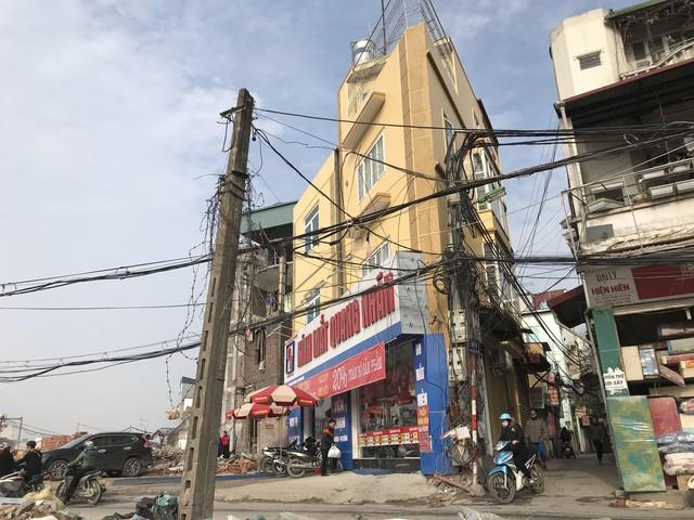 Tại ngã tư Cổ Nhuế - Phạm Văn Đồng, những ngôi nhà nối tiếp nhau mọc lên với thiết kế lạ.