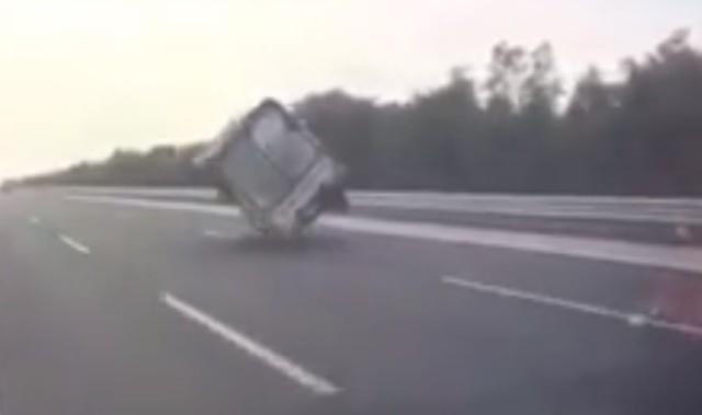 Chiếc xe tải bị nổ lốp, đánh võng trên đường cao tốc. Ảnh: Cắt từ clip.