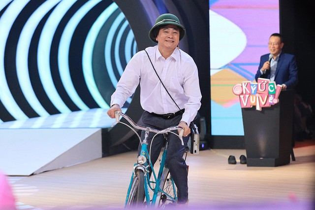 Bên cạnh đó, chương trình cũng lần lượt đưa khán giả trở về những vùng ký ức đáng nhớ khi tái hiện lại hình ảnh người phụ nữ thập niên 1960 dùng bàn là con gà, hay như Tự Long tự tin thể hiện hình ảnh soái ca thập niên 1970 với đôi dép nhựa Tiền Phong, mũ cối và chiếc xe đạp đòn dông.