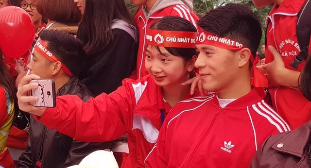 """Nam cầu thủ tỏ ra thân thiện với rất nhiều người hâm mộ. Đến với Chủ nhật đỏ, nam cầu thủ sinh năm 1997 quê Hà Nội nhấn mạnh đây là sự kiện mang tính nhân văn sâu sắc. Hi vọng sự kiện sẽ được nhân rộng và lan tỏa những nghĩa cử cao đẹp tới cộng đồng, đặc biệt là giới trẻ""""."""