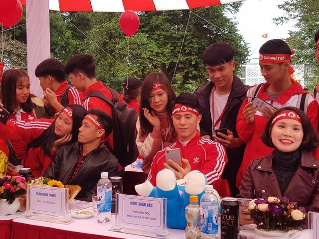 Hai cầu thủ nổi tiếng của Đội tuyển Việt Nam bận rộn trong vòng vây của sinh viên ĐH Bách Khoa Hà Nội