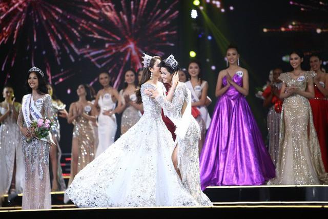 Phạm Hương trao lại vương miện cho HHen Niê vào 1 năm trước, ngày 6/1/2018.