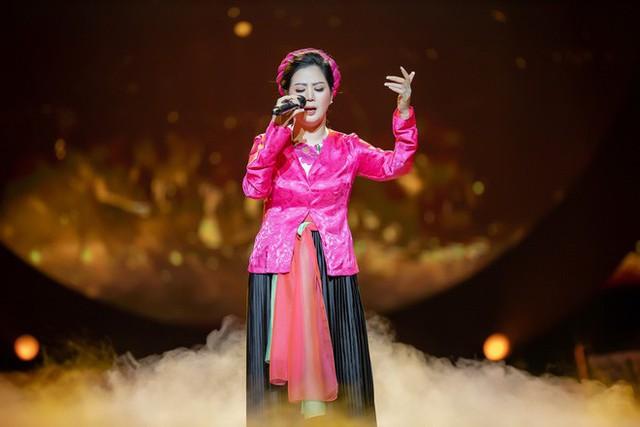Trên sân khấu của Cung Việt Xô tối 5.1, ca sĩ Đinh Hiền Anh gọi cố nhạc sĩ An Thuyên là ba.