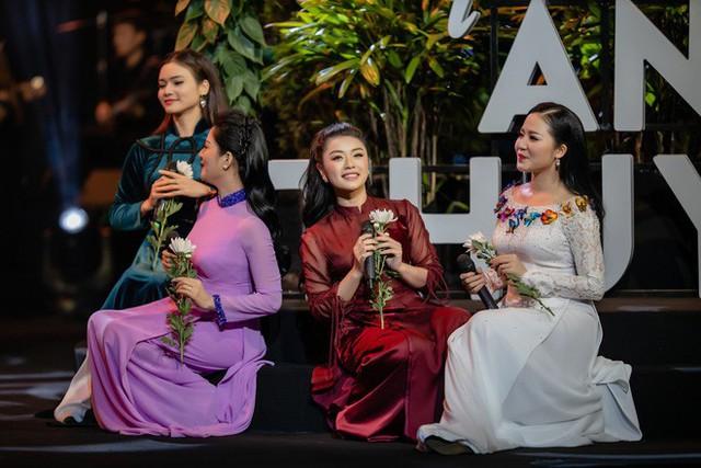 Ngoài ra, các giọng ca trẻ như Lê Mận, Thu Hằng, Thùy Dung hay sao mai Phạm Phương Thảo đều thể hiện khá thành công các ca khúc được giao và nhận được nhiều tràng pháo tay của khán giả.