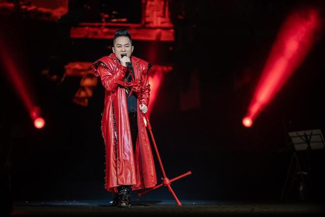 Tùng Dương, Trọng Tấn là hai sao nam thể hiện khá tròn vai trong đêm nhạc. Đặc biệt Tùng Dương vẫn thăng hoa và tràn đầy năng lượng như mọi khi với những tác phẩm như Đi tìm bóng núi, Giấc mơ chàng trai Mông, Dòng sông thi ca,..