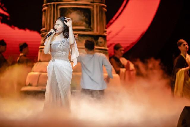 Hồ Quỳnh Hương cũng có một đêm diễn nhiều cảm xúc khi thể hiện lại những ca khúc của người thầy đã dẫn dắt mình vào con đường âm nhạc. Cô thể hiện Phật bà nghìn mắt nghìn tay, Hồ gươm chiều thu, Em chọn lối này...