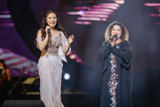 Đặc biệt, khi hát ca khúc Em chọn lối này, cô còn ngẫu hứng mời lên sân khấu người hát bản gốc rất thành công hàng chục năm qua là NSND Thanh Hoa. Phần kết hợp này đã nhận vô cùng nhiều tràng vỗ tay của khán giả.
