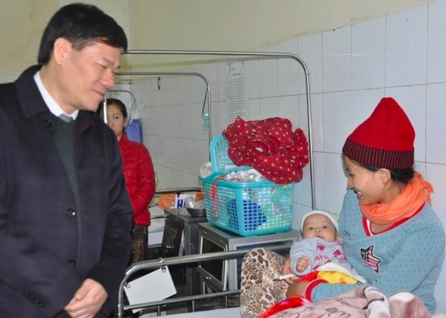 Thăm, kiểm tra những trường hợp tiêm vaccine ComBE Five tại huyện Ứng Hoà, Hà Nội. Ảnh: P.V