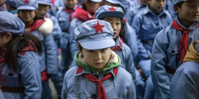 Việc giám sát học sinh bằng đồng phục thông minh tạo ra làn sóng chỉ trích mạnh mẽ trên mạng xã hội Weibo. Ảnh minh họa: Getty.