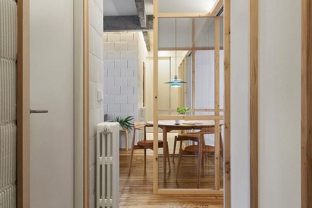 Những thanh gỗ nhỏ, có chiều dày vừa phải được chủ nhân sử dụng để điểm xuyết trên các cánh cửa ra vào các không gian và ở tường bao của không gian phụ giữa nhà.