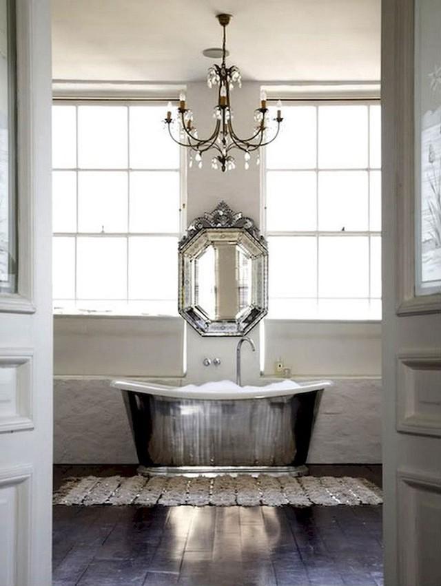 Một mẫu bồn tắm phá cách khi làm từ chất liệu mạ bạc ánh kim đem lại cảm giác hiện đại và tươi sáng cho phòng tắm nhà bạn.
