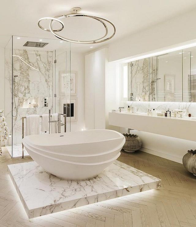 Chất liệu đá cẩm thạch sử dụng trong thiết kế này mang lại vẻ sang trọng và quý phái cho nhà tắm.