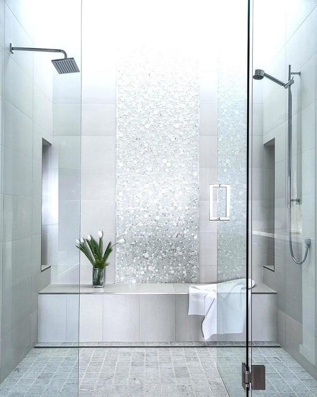 Nhờ những phụ kiện lấp lánh trong nhà tắm mà vẻ sang chảnh được tăng lên level max rồi.
