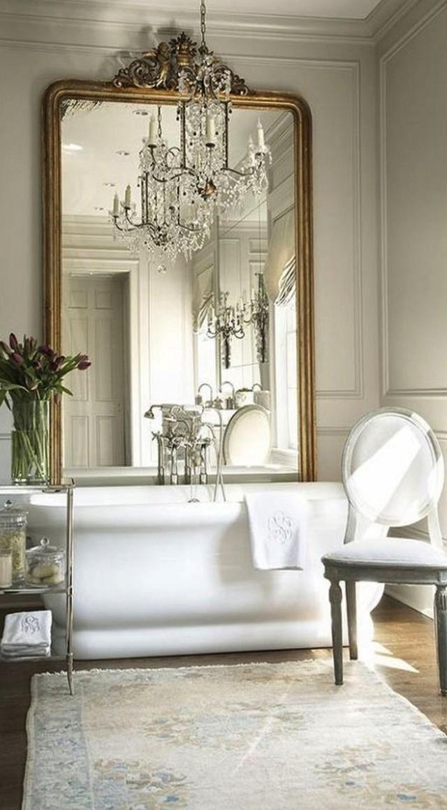 Một tấm gương lớn với viền vàng đồng chính là hot trend của năm nay.