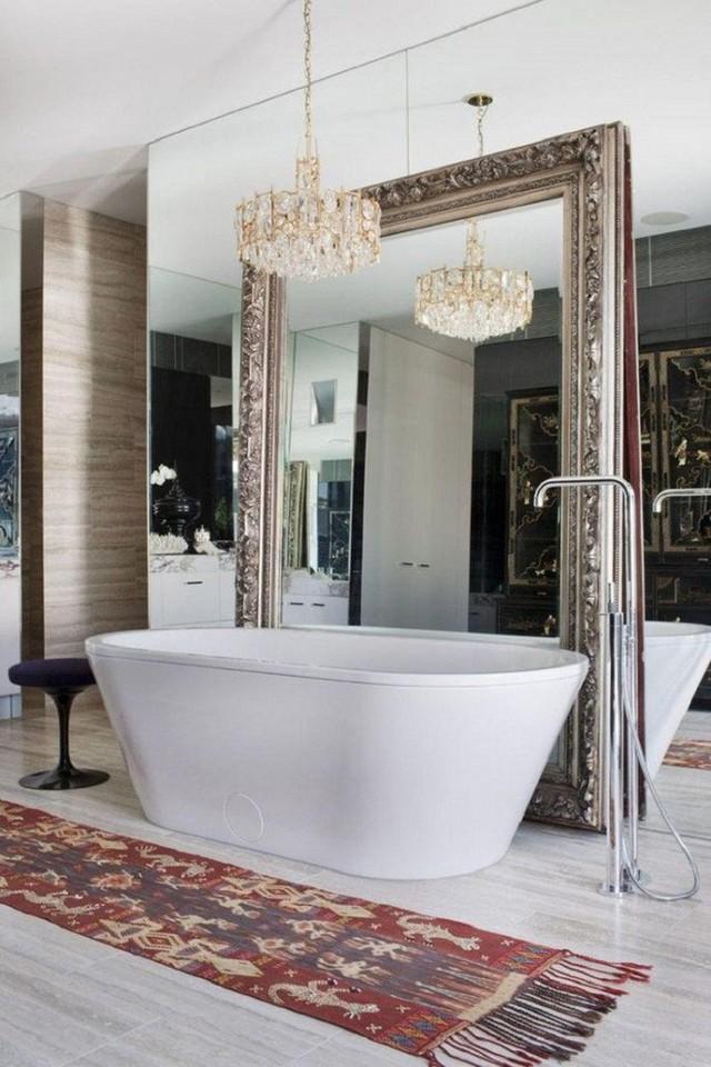 Chủ nhân ngôi nhà này còn sử dụng hẳn 2 lớp gương lớn cho phòng tắm của mình.