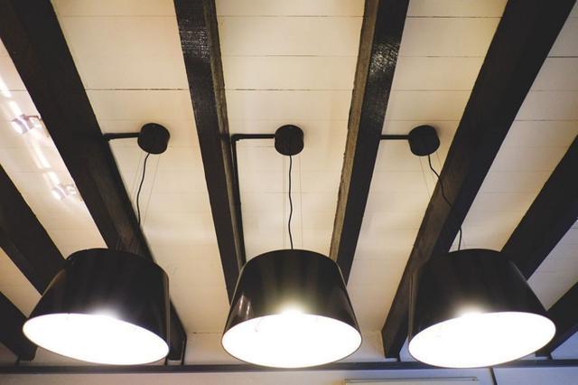 Thay vì đèn chùm cầu kỳ, Matthew sử dụng hệ thống đèn ba với ánh sáng trắng, làm cho ngôi nhà cũ kỹ trở nên mới mẻ.
