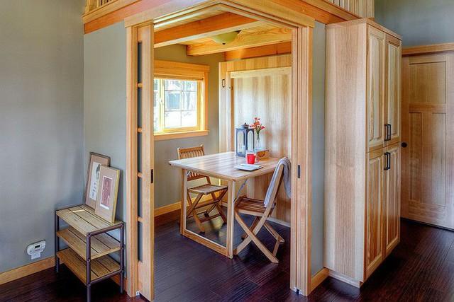 Phòng ăn nhỏ cho hai người có cửa vô cùng riêng tư, kín đáo.