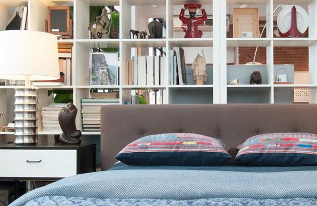 Chủ nhân của ngôi nhà này đã thiết kế thêm một bức tường đặc biệt là tủ sách để tạo cảm giác phòng ngủ được riêng tư hơn.