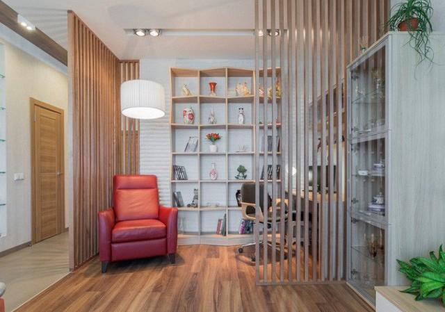 Vách ngăn phòng bằng gỗ giúp bạn tạo ra một thư viện nhỏ hoặc phòng khách trong một gác xép mở.