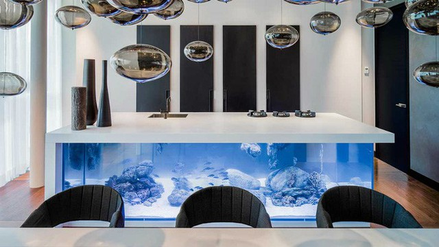 12. Trên là bàn ăn, dưới lại là đại dương xanh thẳm, ý tưởng thiết kế này quả là độc đáo và có 1-0-2.