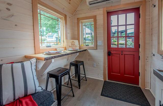 Khu vực ăn uống và bàn làm việc là một trong ngôi nhà nhỏ.