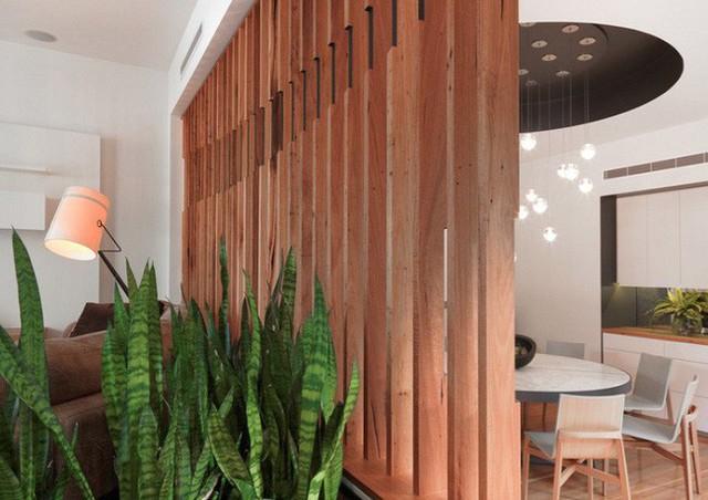 Màu gỗ hơi trầm làm tăng thêm cảm giác Scandinavia tự nhiên cho không gian phòng thu nhỏ.