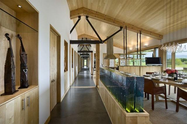 15. Bể cá cũng có thể làm tường bao ngăn cách các không gian với nhau nữa đấy.
