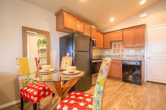 Phòng ăn nhỏ với những chiếc ghế thêm nhiều màu sắc cho khung cảnh.