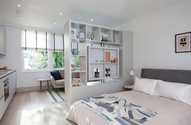 Một tủ sách lưu trữ là bức tường duy nhất trong ngôi nhà nhỏ này. Nó giúp phân cách để tách khu vực sinh hoạt chung và phòng ngủ.