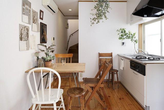 Sử dụng thêm một chiếc ghế phụ khi khách đến làm cho không gian ăn uống siêu nhỏ này trở nên thiết thực hơn.