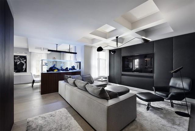 5. Với ngôi nhà thiết kế theo phong cách hiện đại theo tông màu đen – trắng thì một bể cá thủy tinh trong suốt cũng là lựa chọn thích hợp để trang trí bạn nhé.