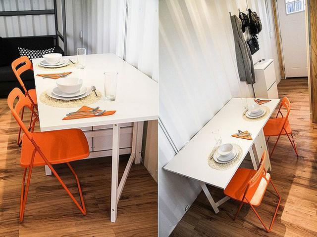 Ghế mang màu cam tươi sáng với không gian ăn uống nhỏ dành cho hai người.