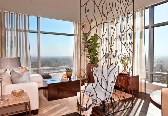 Một bảng kim loại với lá và dây leo không chỉ giúp phân chia không gian, mà còn tạo ra những bóng râm đẹp mắt trên sàn nhà khi mặt trời chiếu vào.