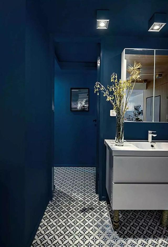 Góc phòng tắm gọn gàng, hiện đại, tiện nghi và đặc biệt thu hút ánh nhìn nhờ họa tiết cá tính từ sàn.