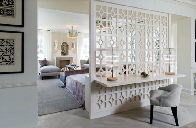 Việc lắp đặt thông minh một bức tường đồ họa đóng vai trò là vách ngăn cho đầu giường ở một bên và bàn ăn ở phía bên kia.