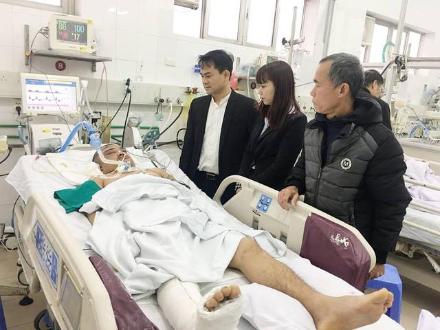 Phó Tổng Giám đốc Medlatec Nguyễn Văn Quyết (bên trái) thăm anh Bùi Văn Thương