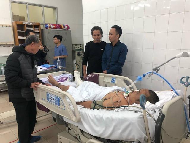 Ông Đặng Hùng Hải Chủ tịch Công Đoàn CLB V- Stars và ông Đỗ Đức Hưng, Phó Tổng Giám đốc Công ty Công nghệ Cổ phần DSS vào thăm anh Thương