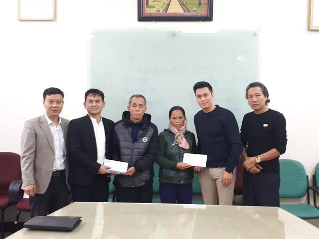 Ông Nguyễn Ngọc Đức - Phó Tổng biên tập Báo Gia đình và Xã hội (bên trái), ông Nguyễn Văn Quyết - Phó Tổng Giám đốc Công ty MEDLATEC Group (thứ 2 từ trái qua phải) và diễn viên Việt Anh - đại diện cho CLB V - Stars (thứ 5 thứ trái qua phải) trao tiền ủng hộ tới tận tay bố mẹ anh Bùi Văn Thương. Ảnh PT