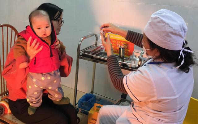 Nhân viên trạm y tế xã Phú Nghĩa tư vấn về vaccine ComBE Five cho chị Lục